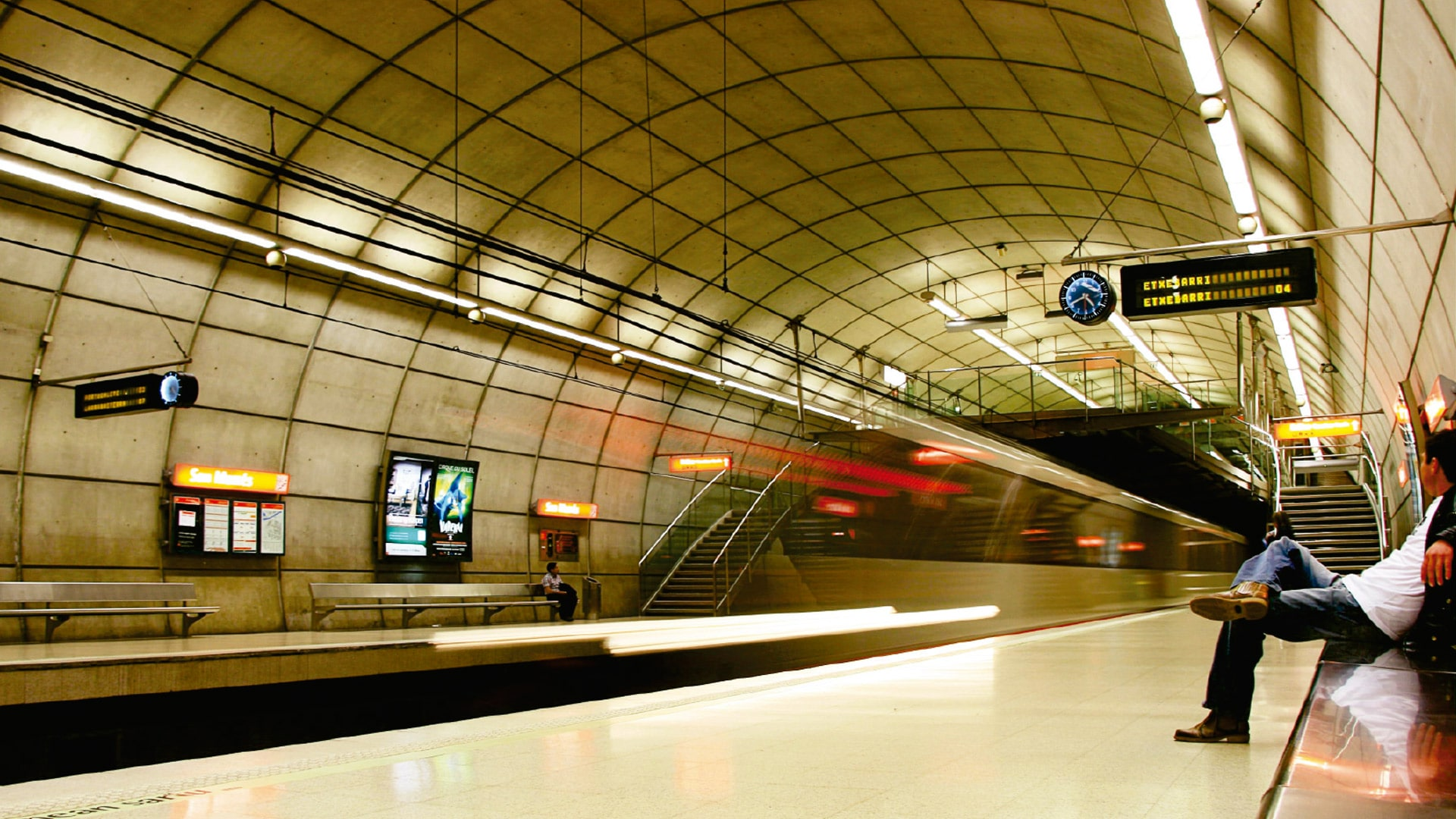 Bahnhöfe und U-Bahn-Stationen